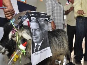 Chivo satirizando a Vargas Llosa durante una protesta en Santiago también contra el decreto presidencial que detiene deportaciones.