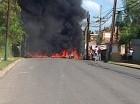 Los comunitarios de Los girasoles quemaron tmbién gomas en protesta por el desalojo.