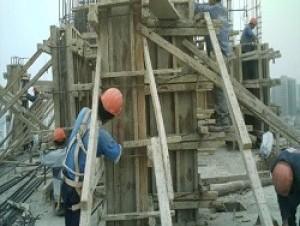 Hombres laborando en construcción.