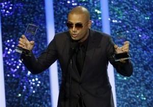 Yandel, del dúo de reggaetón Wisin & Yandel, acepta el premio álbum