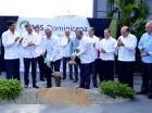 El presidente Danilo Medina y el presidente global y CEO de la Corporación AES, Andrés Gluski, dan el primer palazo para el inicio de los trabajos de construcción de conversión a ciclo combinado del Parque Energético Los Mina. En el acto estuvieron e
