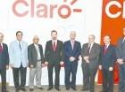 Oscar Peña y Freddy Domínguez, ejecutivos de Claro, junto a los rectores de las universidades beneficiadas este año.