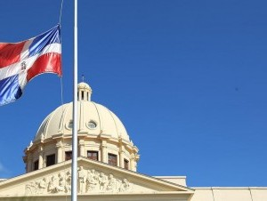 La Bandera Nacional ondeará a media asta los días 27,28 y 29 de octubre por la muerte de Carlos Morales Troncoso.