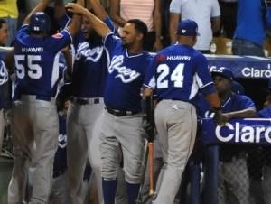 Jugadores del Licey celebran luego de anotar una carrera en el partido contra los Gigantes del Cibao (foto vía Lidom.com).