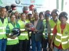 Motoristas reciben chalecos y cascos protectores.