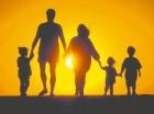La familia es un grupo de personas unidas por vínculos de parentesco, ya sea consanguíneo, por matrimonio o adopción.