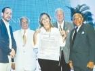 José Gómez Cerda, Cuqui Córdoba y Adriano de la Cruz, durante la entrega del reconocimiento póstumo a Mariano Lebrón Saviñón. Reciben el galardón, Teresa y Ernesto Lebrón, hija y nieto del fallecido escritor.