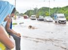 Las inundaciones urbanas causan estragos en ciudades de Santiago.