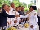 Danilo Medina entregó un sable a uno de los graduados de la 53 promoción María Trinidad Sánchez del Ejército.
