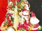 Los colores, las luces y las bolas son parte de la decoración del árbol de Navidad.