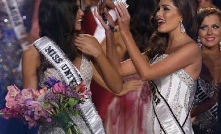 La Miss Universo reinante, la venezolana Gabriela Isler, corona a su sucesora, la colombiana Paulina Vega.