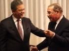 Fernández y Medina conversan y sonríen durante el encuentro que se realizó en la casa del primero, en el ensanche Naco.