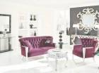 Para crear un espacio diferente, puedes combinar en la decoración el plateado con el morado.