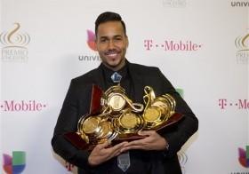 Romeo Santos posa con sus Premios Lo Nuestro el jueves 15 de febrero del 2015 en Miami.