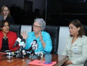 La Ministra de Salud, Altagracia Guzmán Marcelino (centro), durante el anuncio.