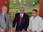 Julio Curiel de Moya corta la cinta de apertura, junto a Franklin Báez Brugal y Remberto Cruz.