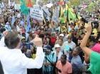 Guillermo Moreno habla frente a centenares de manifestantes.