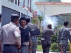Agentes disparan bombas lacrimógenas durante protesta en la UASD.