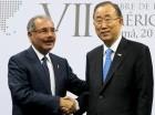 El presidente Medina saluda al secretario general de la ONU, Ban Ki-moon, con quien conversó en Panamá.