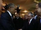 El presidente de los Estados Unidos Barack Obama y su homólogo cubano, Raúl Castro, se estrechan las manos.