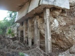 Las vigas del puente se están cayendo a pedazos. Foto cortesía del blog