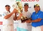 Salada Khoury entrega la Gran Copa a Miguel Feris y Luis Velázquez.