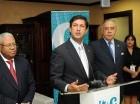 Manuel Estrella, centro, habla en el acto por el aniversario de elCaribe. Le acompañan Felix M. García, Osvaldo Santana y Arlenne Reyes.