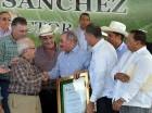 El presidente Danilo Medina fue reconocido ayer por federaciones agropecuarias por su apoyo al sector y al pequeño y mediano productor, en un acto en Sierra Prieta, Yamasá.