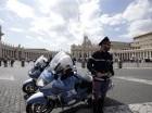 Un policía monta guardia en la Plaza de San Pedro