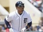 Miguel Cabrera de los Tigres de Detroit observa la trayectoria de su jonrón.
