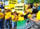 Decenas de niños entre 3 y 5 años, en representación de las prestadoras de estancias infantiles, se manifestaron ayer contra el maltrato físico y verbal.