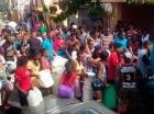 Miles de personas fueron beneficiadas con agua gratis.