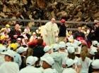 El papa Francisco escucha la exposición de Rafael de Jesús Minaya.