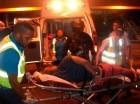 El sospechoso fue apresado y sacado del avión esposado y en camilla.