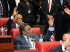 El senador Félix Bautista vota en la sesión de ayer.