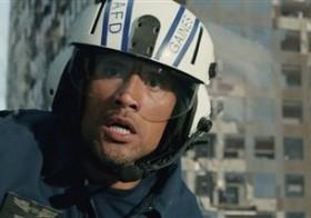 Fotografía provista por los estudios Warner Bros. Pictures del actor Dwayne Johnson en una escena de la cinta de acción