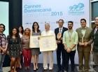 """En el centro, el señor José Mármol, reconocido como  """"Person of the Year,"""" junto a los demás premiados del """"Closing Event"""" de Cannes Lions Dominicana."""