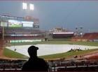Los aficionados abandonan en Great American Ballpark luego que el partido entre los Tigres de Detroit y los Rojos de Cincinnati fue pospuesto oficialmente por lluvia.