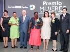 La vicepresidenta Margarita Cedeño y Luis Molina Achécar junto a las ganadoras.
