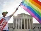 Carlos McKnight de Washington, ondea una bandera a favor del matrimonio gay a las afueras de la Suprema Corte el viernes 26 de junio de 2015, luego de que se aprobara el matrimonio entre parejas del mismo sexo en todo Estados Unidos. (Foto AP/Jacquelyn Ma