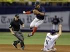 El campocorto de los Medias Rojas de Boston Xander Bogaerts (centro) salta sobre Logan Forsythe (11) de los Rays de Tampa Bay durante una jugada en el sexto inning del juego que enfrentó a ambos equipos el 26 de junio de 2015, en St. Petersburg, Florida.