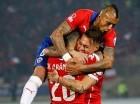 Eduardo Vargas (der.) celebra junto a sus compañeros uno de sus dos goles.