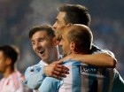 Lionel Messi (izq.) celebra con sus compañeros la victoria ante Paraguay.