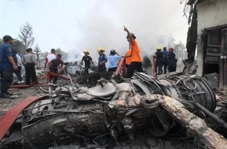 Bomberos y personal militar trabajan el lugar donde se estrelló un avión de transporte del ejército indonesio, en Medan, en Indonesia, donde murieron 74 personas.