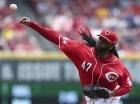 El pitcher dominicano de los Rojos de Cincinnati Johnny Cueto hace un lanzamiento en el segundo inning del partido contra los Mellizos de Minnesota el miércoles 1 de julio de 2015. (Foto AP/John Minchillo)