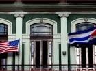 Una bandera cubana y una estadounidense ondean en el balcón del Hotel Saratoga en La Habana.
