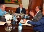 Los funcionarios durante la reunión con los senadores oficialistas Prim Pujals y Charlie Mariotti, en el Senado.