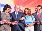 El presidente Medina corta la cinta para dejar inaugurados los planteles.