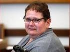 Dominique Cottrez, de 51 años, se muestra angustiada en un tribunal de Douai, en el norte de Francia, acusada de muchos cargos de asesinato premeditado de menores.