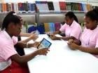 Adolescentes participan en un taller con el uso de tabletas.